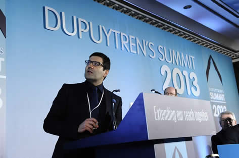 Prof. Ardeshir Bayat, Mit-Autor, empfängt für die Gewinner den Internationalen Dupuytren-Preis für Grundlagenforschung